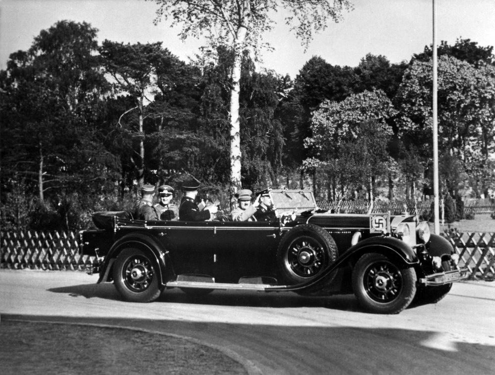Adolf Hitler auf der Fahrt zum olympischen Dorf in Döberitz bei Berlin; im Fond des Wagens Reichskriegsminister Generalfeldmarschall Werner v. Blomberg  - 17.06.1936