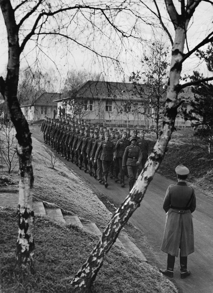Döberitz: Eine Abteilung des Infanterie-Lehrregmts. marschiert durch das ehemalige olympische Dorf. Dezember 1936  - 01.12.1936