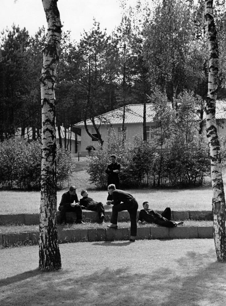 Sportler im olympischen Dorf vor dem Haus Meiningenerschienen Bazar 16/1936Aufnahme: Lothar Ruebelt- 01.01.1936-31.12.1936