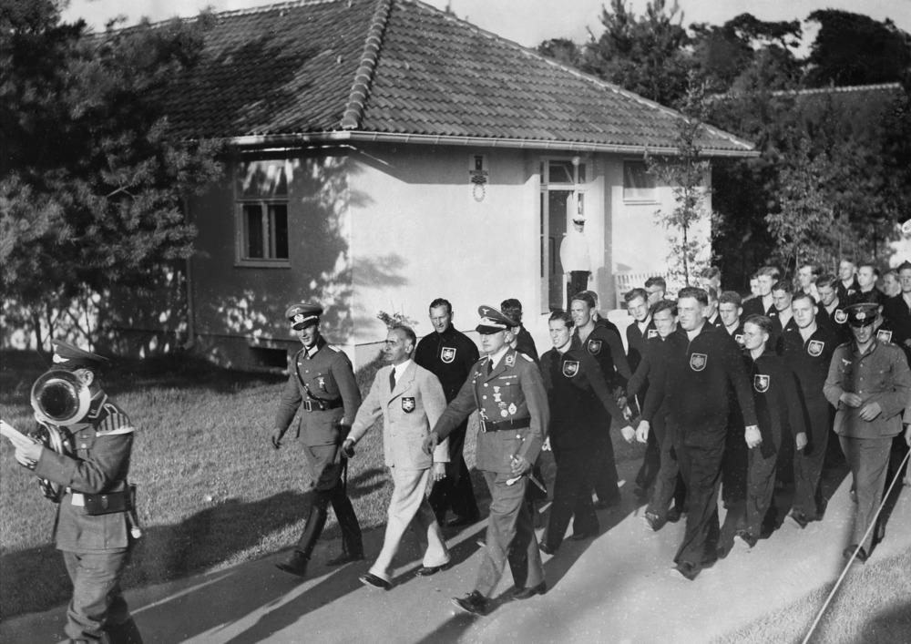 Olympische Spiele 1936 in Berlin- Einzug der Deutschen Mannschaft in dasOlympische Dorf; an der SpitzeReichssportfuehrer von Tschammer-Osten- 1936- 01.01.1936-31.12.1936