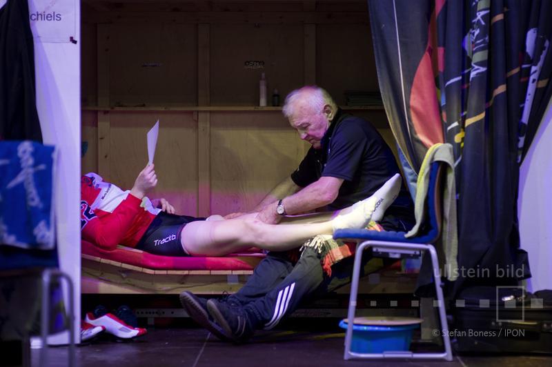 Radrennfahrer wird massiert © ullstein bild - Stefan Boness / IPON