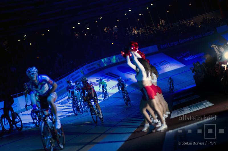 Cheerleader feuern die Radrennfahrer an © ullstein bild - Stefan Boness / IPON