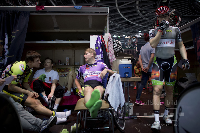 Denis Rugovac mit anderen Radrennfahrern während einer Pause © ullstein bild - Stefan Boness / IPON