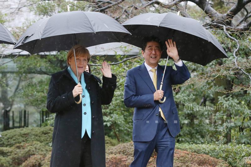 Angela Merkel und Shinzo Abe im Garten des Nezu Museums in Tokio, 9. März 2015