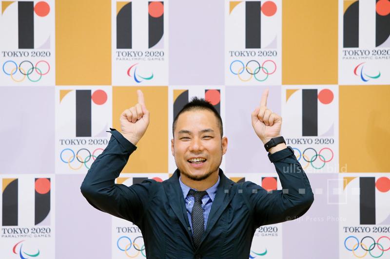 Kenjiro Sano vor den von ihm gestalteten Corporate Design für die Olympischen Sommerspiele 2020 in Tokio, 24. Juli 2015