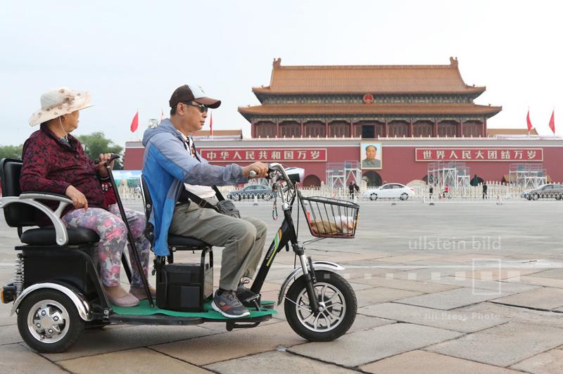Mit dem motorisierten Dreirad auf dem Tiananmen-Platz in Peking, 30. August 2015