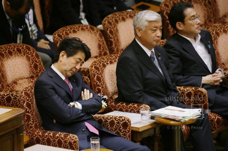 Shinzo Abe ist während der Parlamentssitzung zu den neuen Sicherheitsgesetzen eingenickt, 16. September 2015
