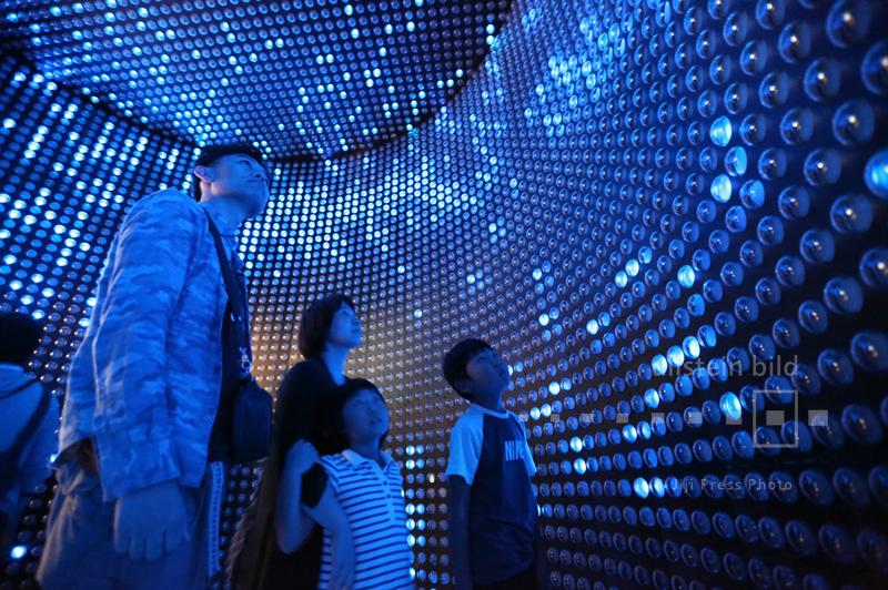 Besucher schauen auf ein 1:10 Modell der Super-Kamiokande, eine Vorrichtung zur Beobachtung von Neutrinos, im Nationalmuseum für Entwicklung von Wissenschaft und Innovation in Tokio, 12. Oktober 2015