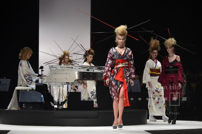 Modenschau von YOSHIKIMONO bei der Mercedes-Benz Fashion Week in Tokio, 17. Oktober 2015.