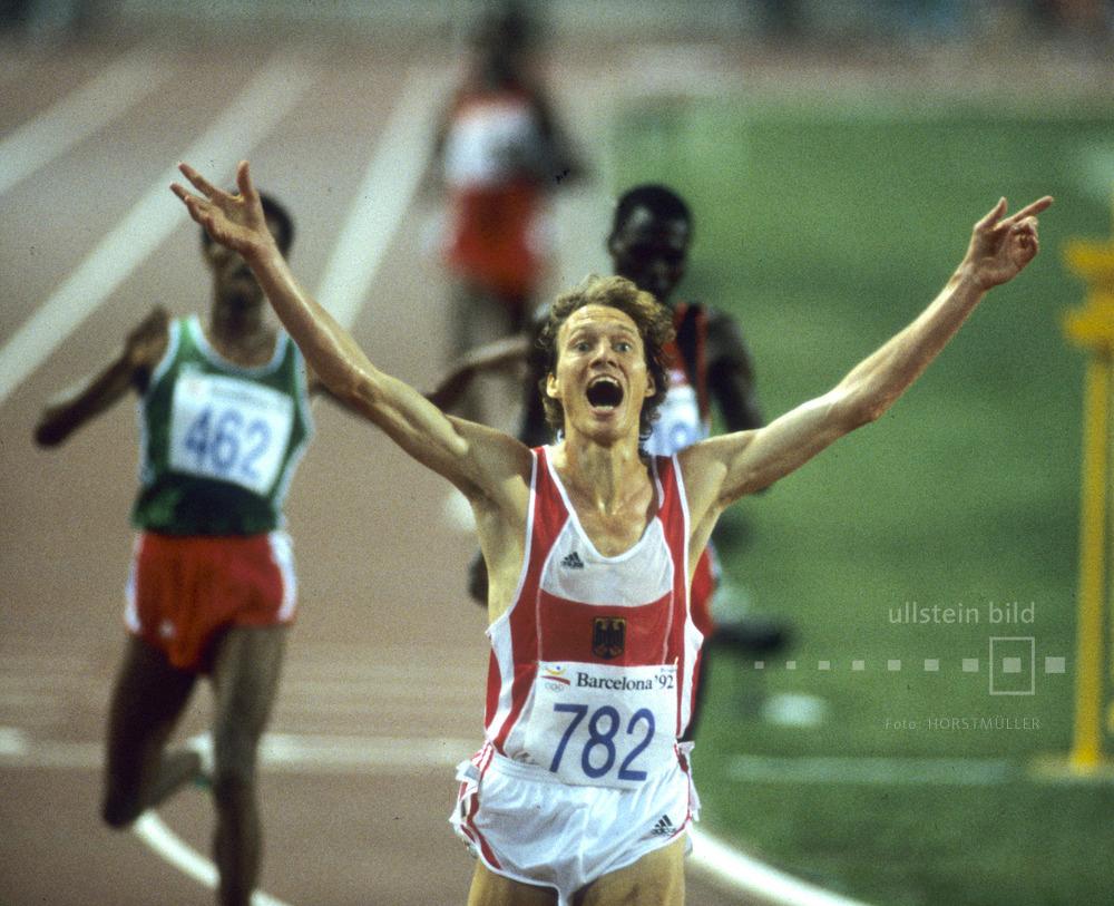 Bei den Olympischen Sommerspielen 1992 in Barcelona siegt Dieter Baumann sensationell im 5000-Meter-Lauf vor den afrikanischen Favoriten.