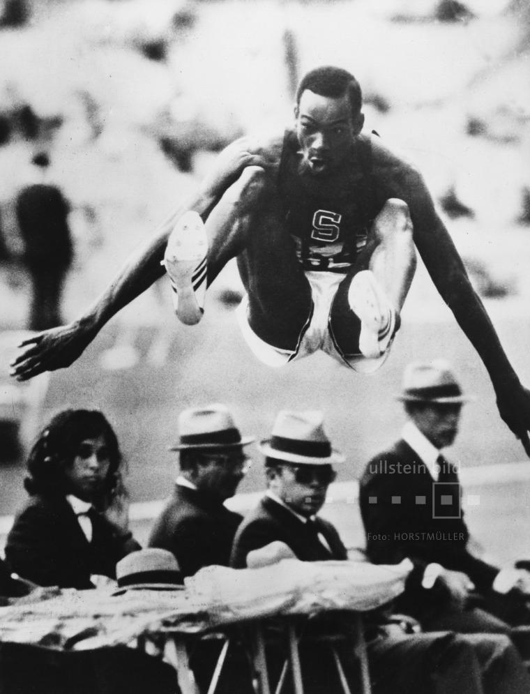 Bob Beamon springt bei den Olympischen Sommerspielen 1968 in Mexico City den Fabel-Weltrekord von 8,90m im Weitsprung und wird Olympiasieger.