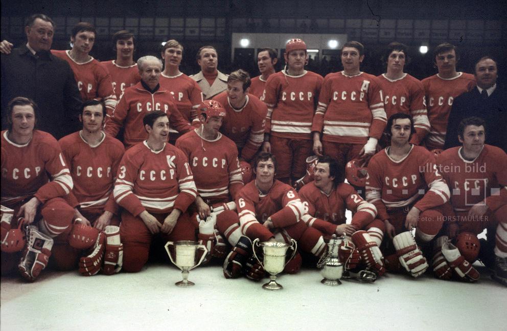Die Mannschaft der UdSSR ist Eishockey-Weltmeister 1975 in Düsseldorf.