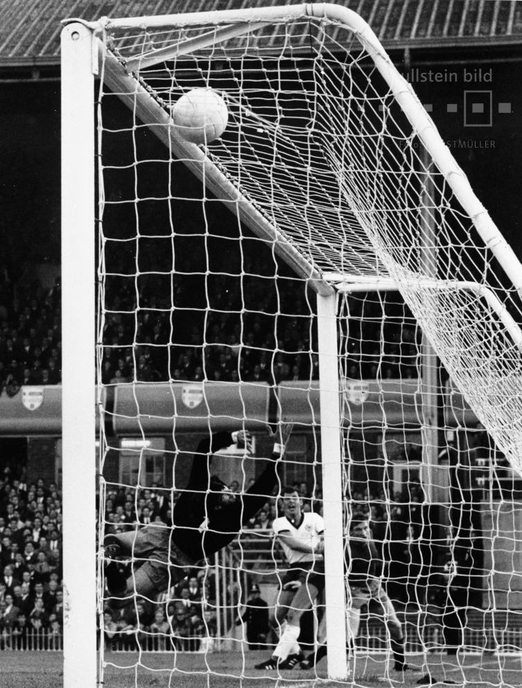 Fußball-WM 1966 in England, Deutschland - Spanien 2:1: Lothar Emmerich schiesst aus spitzem Winkel zum 1:1 ein.