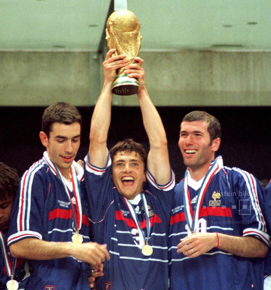 Frankreich ist Fußball-Weltmeister im eigenen Land: Bixente Lizarazu mit Pokal.