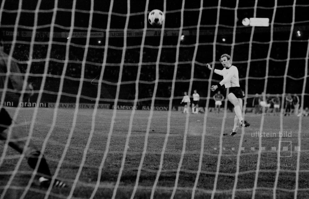 Finale der Fußball-EM 1976, BR Deutschland-Tschechoslowakei 3:5 im Elfmeterschießen: Uli Hoeneß schießt den Elfmeter über das Tor in den Himmel von Belgrad.