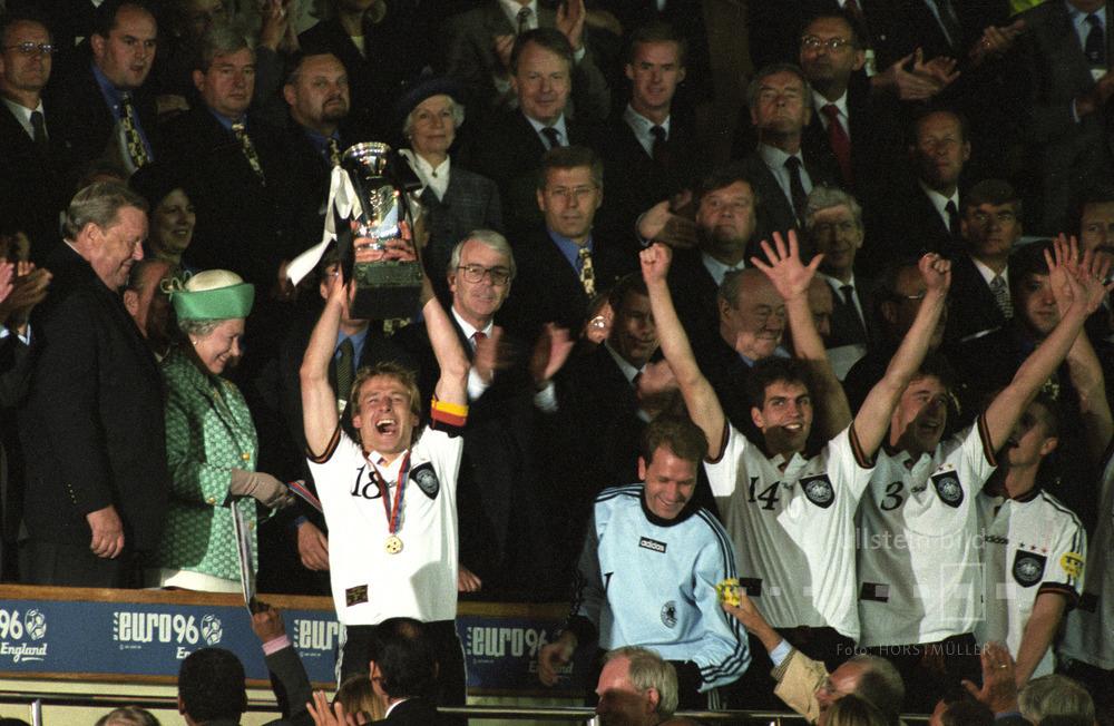 Deutschland ist Fußball-Europameister 1996: Spielführer Jürgen Klinsmann hat dem Pokal von Queen Elizabeth II. überreicht bekommen.