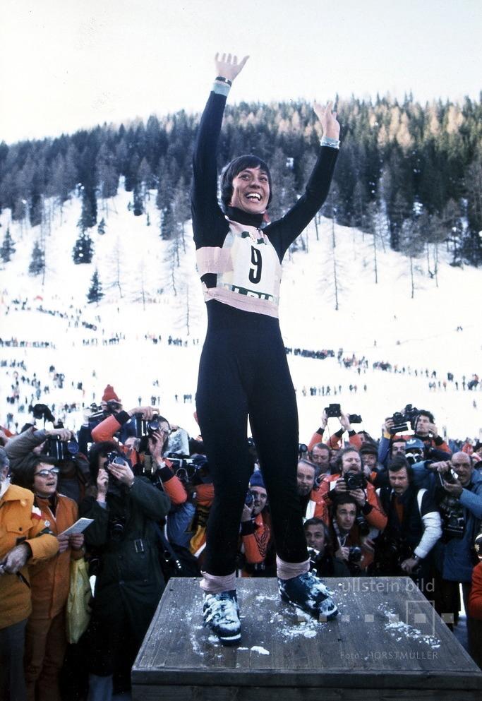 Rosi Mittermaier jubelt über den Gewinn der Abfahrt bei den Olympischen Winterspielen in Innsbruck 1976.