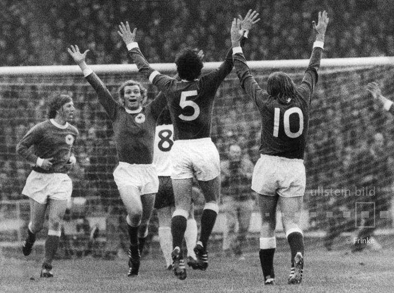 """Im Hinspiel des Viertelfinales der Fußball-EM 1972 besiegt die DFB-Elf im Londoner Wembleystadion : England mit 3:1. Es ist der erste deutsche Sieg gegen das Mutterland des Fußballs auf der Insel und die Geburtsstunde des Mythos von der """"Wembley-Elf""""."""