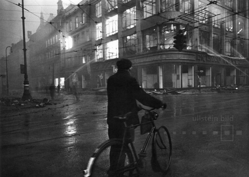 An der Leipziger Straße vor dem Textilkaufhaus Richard Vogel