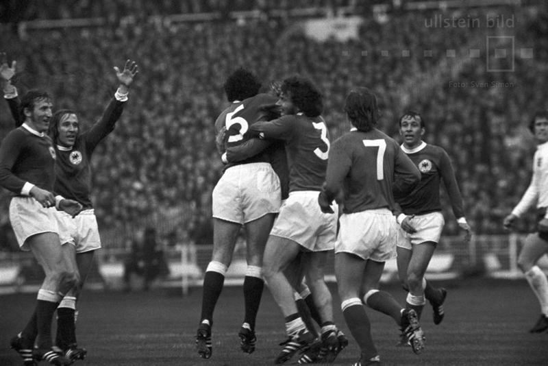 """Im Hinspiel des Viertelfinales der Fußball-EM 1972 besiegt die DFB-Elf im Londoner Wembleystadion : England mit 3:1. Es ist der erste deutsche Sieg gegen das Mutterland des Fußballs auf der Insel und die Geburtsstunde des Mythos von der """"Wembley-Elf"""". Hier jubeln die deutschen Spieler nach dem 0:1 in der 27. Spielminute durch Uli Hoeneß."""