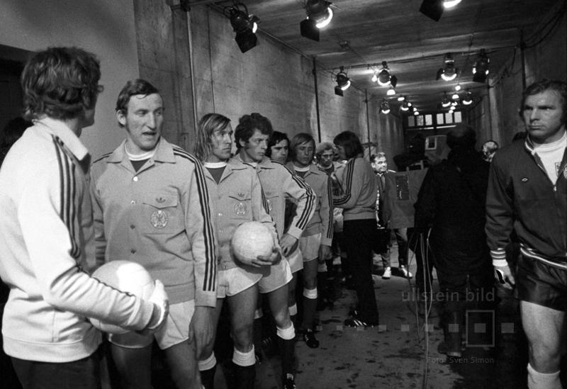 """Im Hinspiel des Viertelfinales der Fußball-EM 1972 besiegt die DFB-Elf im Londoner Wembleystadion : England mit 3:1. Es ist der erste deutsche Sieg gegen das Mutterland des Fußballs auf der Insel und die Geburtsstunde des Mythos von der """"Wembley-Elf"""". Die deutschen und die englischen Spieler vor dem Anpfiff im Spielertunnel des Wembleystadions."""