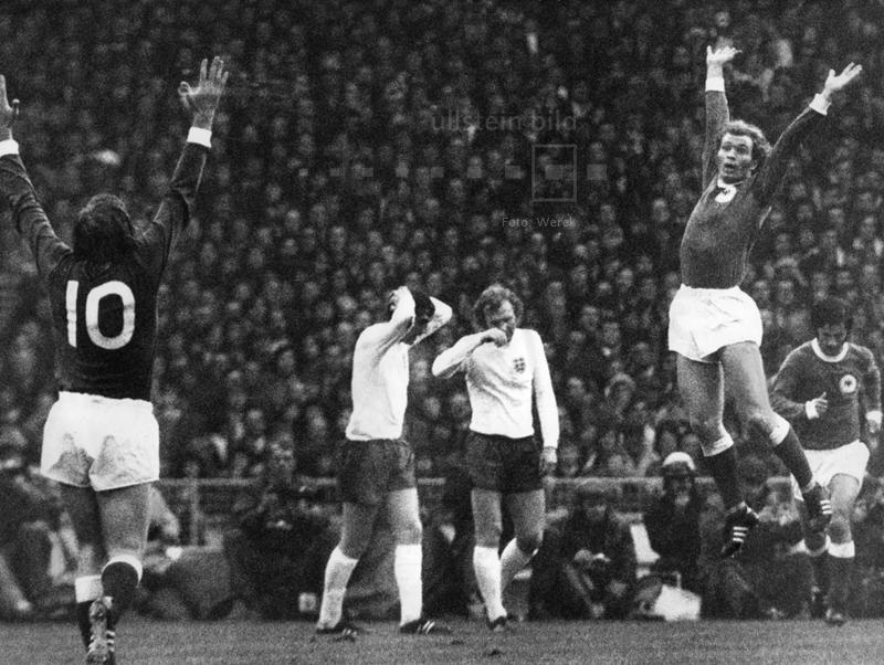 """Im Hinspiel des Viertelfinales der Fußball-EM 1972 besiegt die DFB-Elf im Londoner Wembleystadion : England mit 3:1. Es ist der erste deutsche Sieg gegen das Mutterland des Fußballs auf der Insel und die Geburtsstunde des Mythos von der """"Wembley-Elf"""". Hier jubeln die deutschen Spieler nach dem 0:1 in der 27. Spielminute durch Uli Hoeneß (rechts)."""