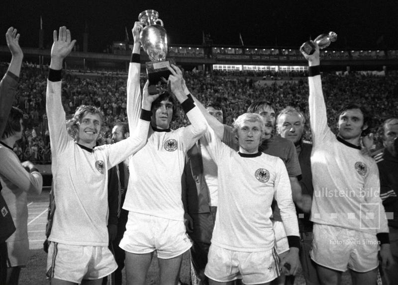 Hat die DFB-Elf auch den EM-Titel 1976 geholt? Nein. Die tschechoslowakischen Spieler präsentieren in den Trikots der bundesdeutschen Nationalmannschaft den EM-Pokal nach dem Finalsieg im Elfmeterschießen gegen die BRD.