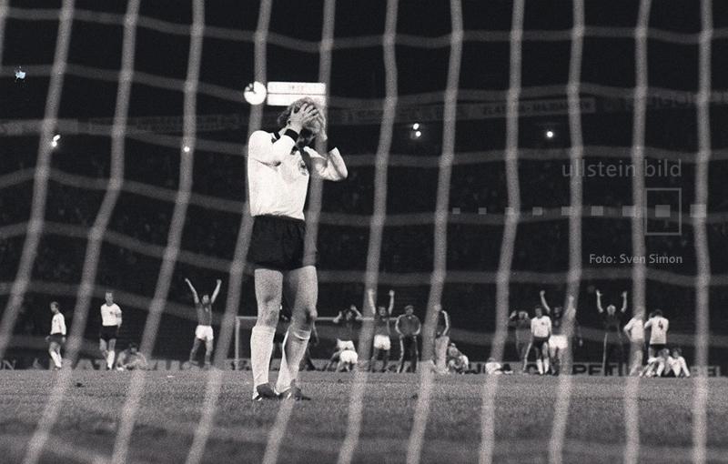 Die Nacht von Belgrad wird zum Trauma für Uli Hoeneß. Im Finale der Fußball-EM 1976 kommt es zum Elfmeterschießen zwischen den Teams der Tschechoslowakei und der BR Deutschland. Beim Stand von 4:3 für die CSSR zimmert Hoeneß den Ball in den Nachthimmel von Belgrad.