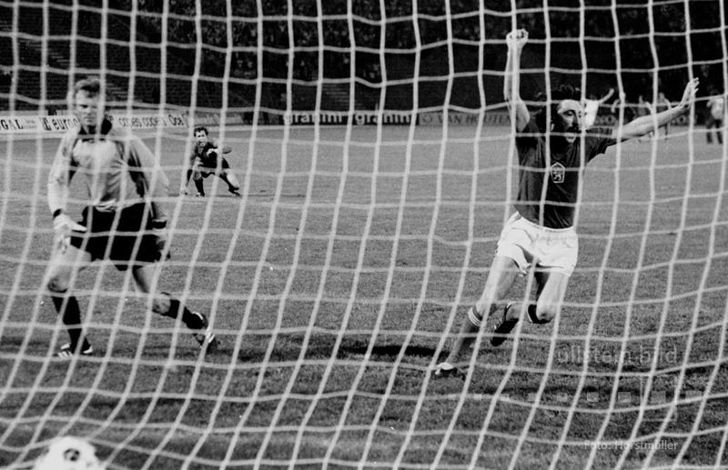 Antonin Panenka hat im Finale von Belgrad 1976 den entscheidenden Elfmeter frech in die Mitte des Tores gelupft, während Torwart Sepp Maier ins linke Eck gesprungen ist. Die Tschechoslowakei hat die BR Deutschland mit 5:3 im Elfmeterschießen besiegt.