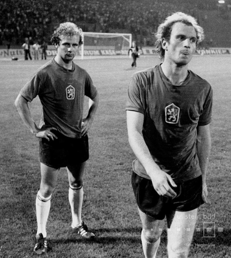In den Trikots der siegreichen tschechoslowakischen Mannschaft haben Bernd Hölzenbein  und Uli Hoeneß die Finalniederlage im Elfmeterschießen von Belgrad 1976 noch nicht verkraftet.