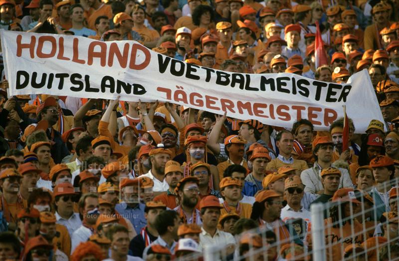 Die holländischen Fans im Hamburger Volksparkstadion sind sich sicher, wer im EM-Halbfinale 1988 als Sieger vom Platz geht. Und so kommt es auch: die Elftal besiegt die DFB-Auswahl mit 2:1