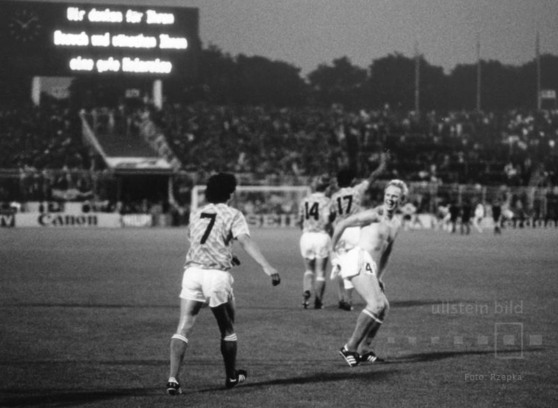 Nach dem 2:1-Sieg im EM-Halbfinale von Hamburg 1988 gegen die BR Deutschland wischt sich der Niederländer Ronald Koeman mit dem Trikot von Olaf Thon den Hintern ab.