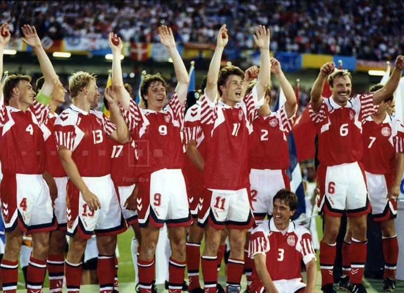 """Sensation in Göteborg: Dänemark ist Fußball-Europameister 1992 nach einem 2:0-Sieg gegen Deutschland. Dänemark hatte sich sportlich gar nicht für die EM-Endrunde qualifiziert. Die Dänen waren nur Zweiter in der Qualifikationsgruppe 4 hinter Jugoslawien geworden.  Dann wurde Jugoslawien aufgrund des Balkankonfliktes aus dem Turnier genommen und zehn Tage vor dem Turnierbeginn durch Dänemark ersetzt. So hält sich bis heute die Legende von den """"Europameistern in Badelatschen""""."""
