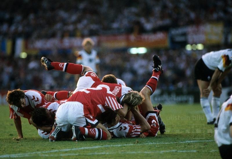 Grenzenloser Jubel in Göteborg: Im EM-Finale 1992 besiegt Dänemark Deutschland mit 2:0. Hier bejubeln die dänischen Spieler in der 78. Spielminute den 2:0-Siegtreffer.
