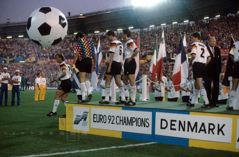 Enttäuschung bei den deutschen Spielern: Bei der EM 1992 unterliegt die DFB-Elf dem dänischen Sensationsteam im Finale von Göteborg mit 0:2 und lässt die Siegerehrung als Vize-Europameister mit gesenkten Köpfen über sich ergehen.
