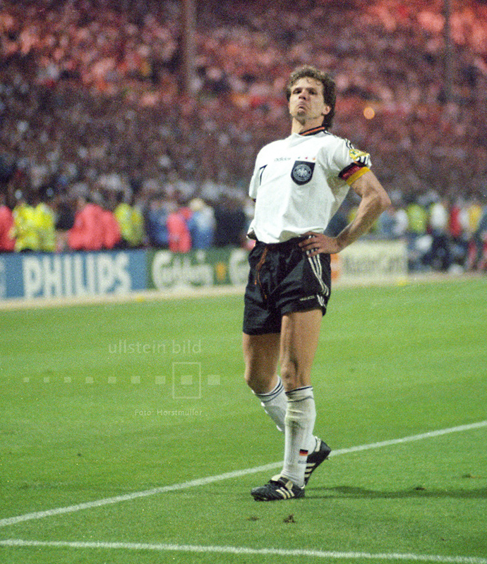 EM-Halbfinale am 26. Juni 1996 im Londoner Wembleystadion zwischen Gastgeber England und Deutschland: 1:1 steht es nach der regulären Spielzeit und der Verlängerung. Das Elfmeterschießen muss die Entscheidung bringen. Nachdem Gareth Southgate vor ihm mit seinem Elfmeter gescheitert ist, verwandelt Andreas Möller den entscheidenden Elfer für die Deutschen. Die DFB-Elf siegt mit 6:5 im Elfmeterschießen. Als Antwort auf Paul Gascoignes arroganten Jubel steht Möller in derselben Pose vor dem englischen Fanblock.