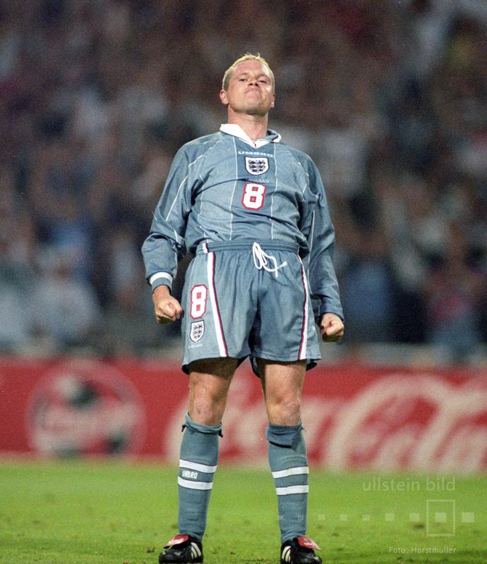 EM-Halbfinale am 26. Juni 1996 im Londoner Wembleystadion zwischen Gastgeber England und Deutschland: 1:1 steht es nach der regulären Spielzeit und der Verlängerung. Das Elfmeterschießen muss die Entscheidung bringen. Paul Gascoigne posiert arrogant, nachdem er seinen Elfmeter zur 4:3 Führung verwandelt hat.  Am Ende siegt die DFB-Elf mit 6:5 im Elfmeterschießen.