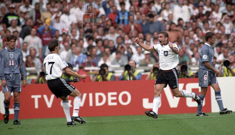 EM-Halbfinale am 26. Juni 1996 im Londoner Wembleystadion zwischen Gastgeber England und Deutschland: Christian Ziege freut sich mit Stefan Kuntz, der in der 16. Spielminute den 1:1-Ausgleich geschossen hat. So bleibt der Spielstand auch bis zum Ende der regulären Spielzeit und der Verlängerung bestehen. Am Ende siegt die DFB-Elf mit 6:5 im Elfmeterschießen.