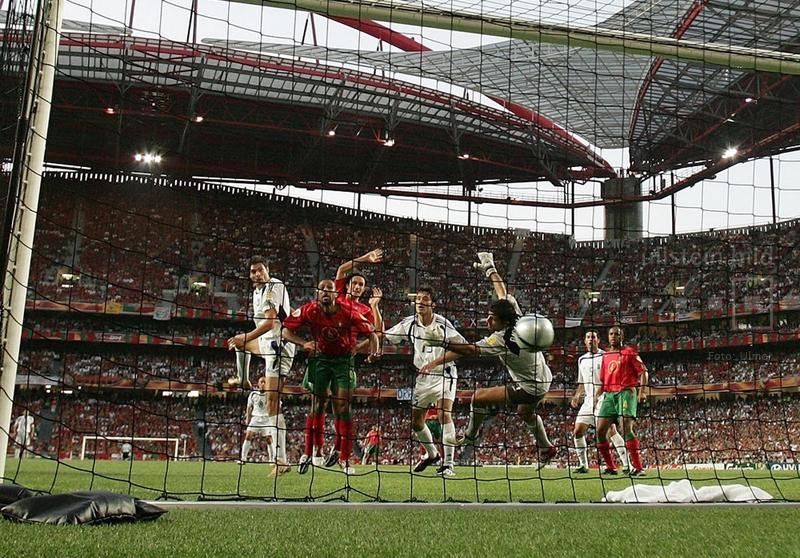 Im Finale der EURO 2004 in Lissabon besiegt Griechenland Gastgeber Portugal mit 1:0. Hier köpft Angelos Charisteas in der 57. Spielminute den Siegtreffer.