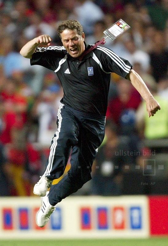 Der deutsche Nationaltrainer Griechenlands, Otto Rehhagel, jubelt nach dem gewonnenen EM-Finale gegen Gastgeber Portugal am 4. Juli 2004.