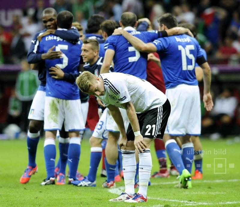 Am Ende jubeln mal wieder die Italiener und ganz Fußball-Deutschland geht es wie Marco Reus. Im Nationalstadion von Warschau besiegt Italien die DFB-Elf im Halbfinale der EURO 2012 mit 2:1.