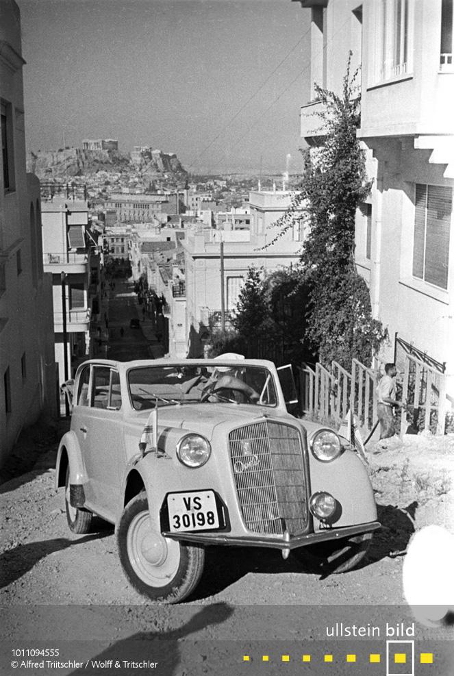 Mit dem Opel Olympia durch Griechenland: In Athen mit der Akropolis im Hintergrund - Sommer 1936