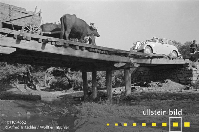 Mit dem Opel Olympia durch Griechenland: Gegenverkehr auf einer Brücke - Sommer 1936