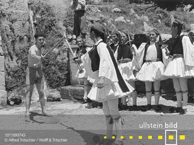 Mit dem Opel Olympia durch Griechenland: Das olympische Feuer wird an einen Fackelläufer übergeben - Sommer 1936