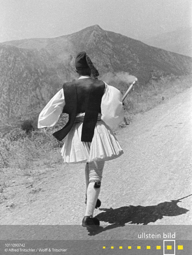 Mit dem Opel Olympia durch Griechenland: Ein griechischer Fackelläufer läuft eine Strecke auf der Peloponnes - Sommer 1936