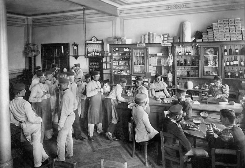 Kantine in einer preußischen Kaserne, 1898 © ullstein bild - Waldemar Titzenthaler