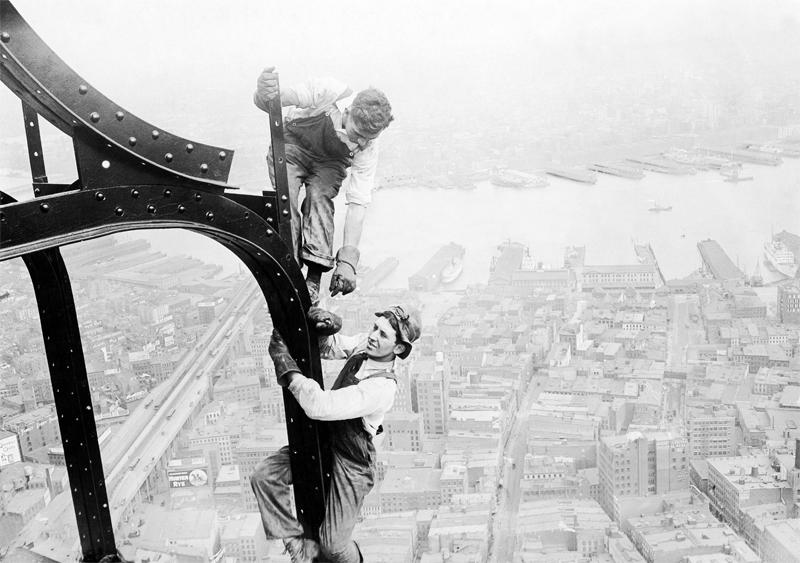 Arbeiter beim Bau des Woolworth-Gebäudes in New York, 1912 © ullstein bild - Brown Brothers