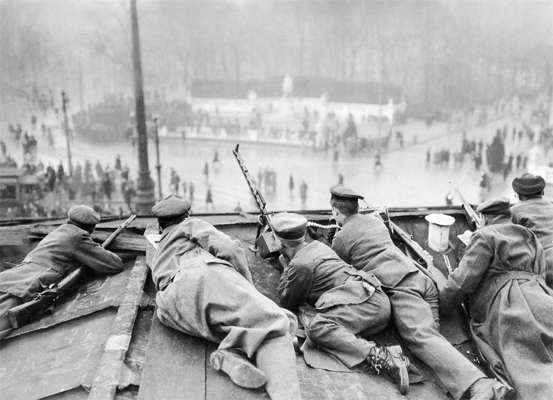Regierungstruppen auf dem Brandenburger Tor, Berlin im Januar 1919 © ullstein bild - Walter Gircke
