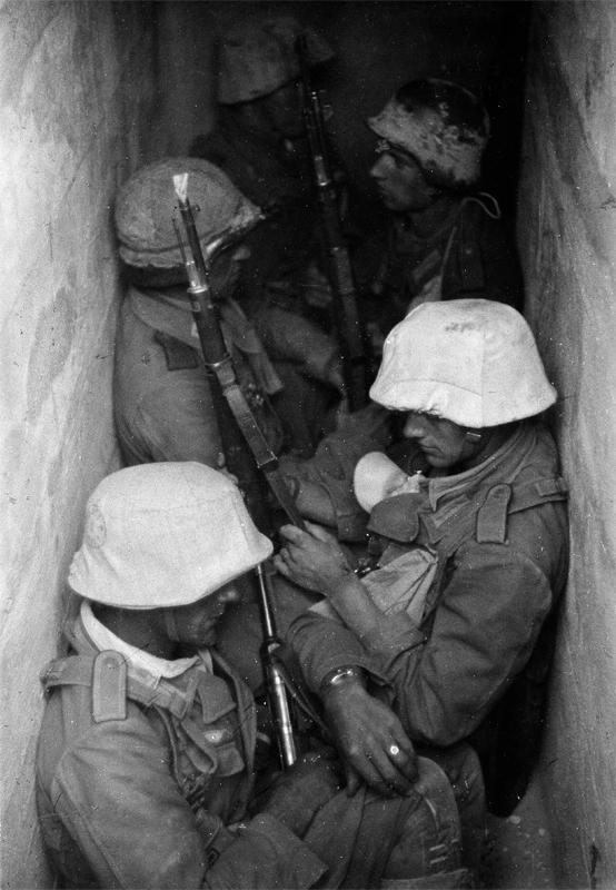Deutsche Grenadiere in einer Bunkerstellung vor Tobruk (Libyen), 1941 © ullstein bild - Eric Borchert