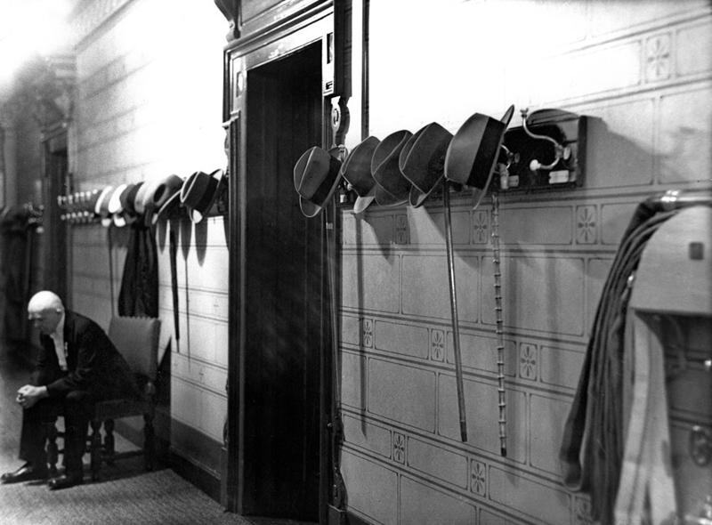 Im Vorzimmer des Konferenzsaales um Mitternacht während der entscheidenden Nachtsitzung bei der Reparationskonferenz in Den Haag, August 1929 © ullstein bild - Erich Salomon